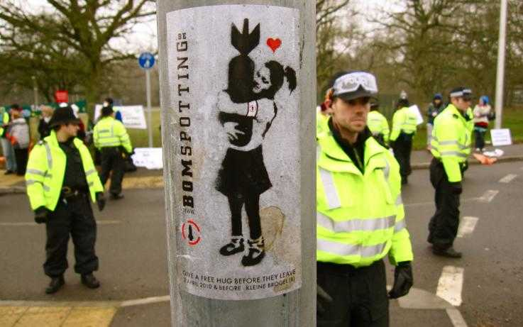 A 'bombspotting' sticker on a lampost